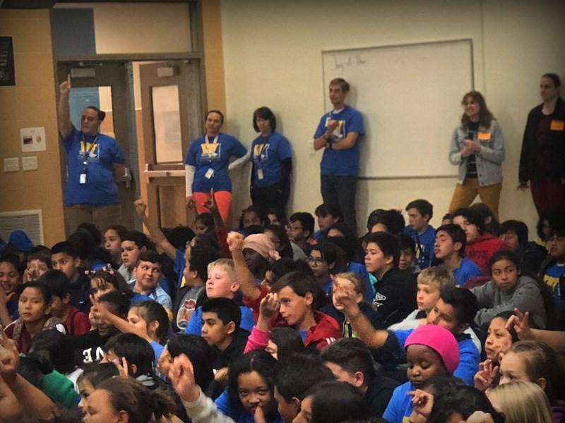 4Life entrega donaciones a escuela primaria