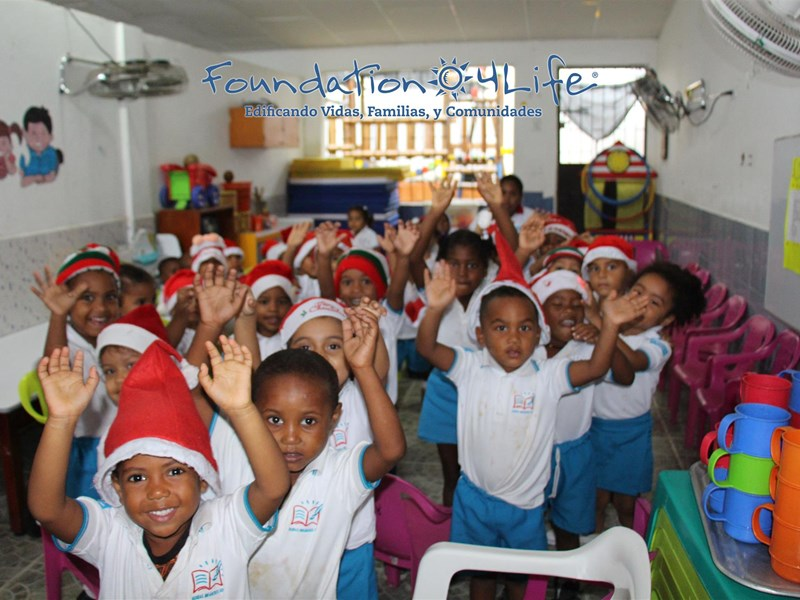 4Life Колумбия пожертвовала подарки и школьные наборы