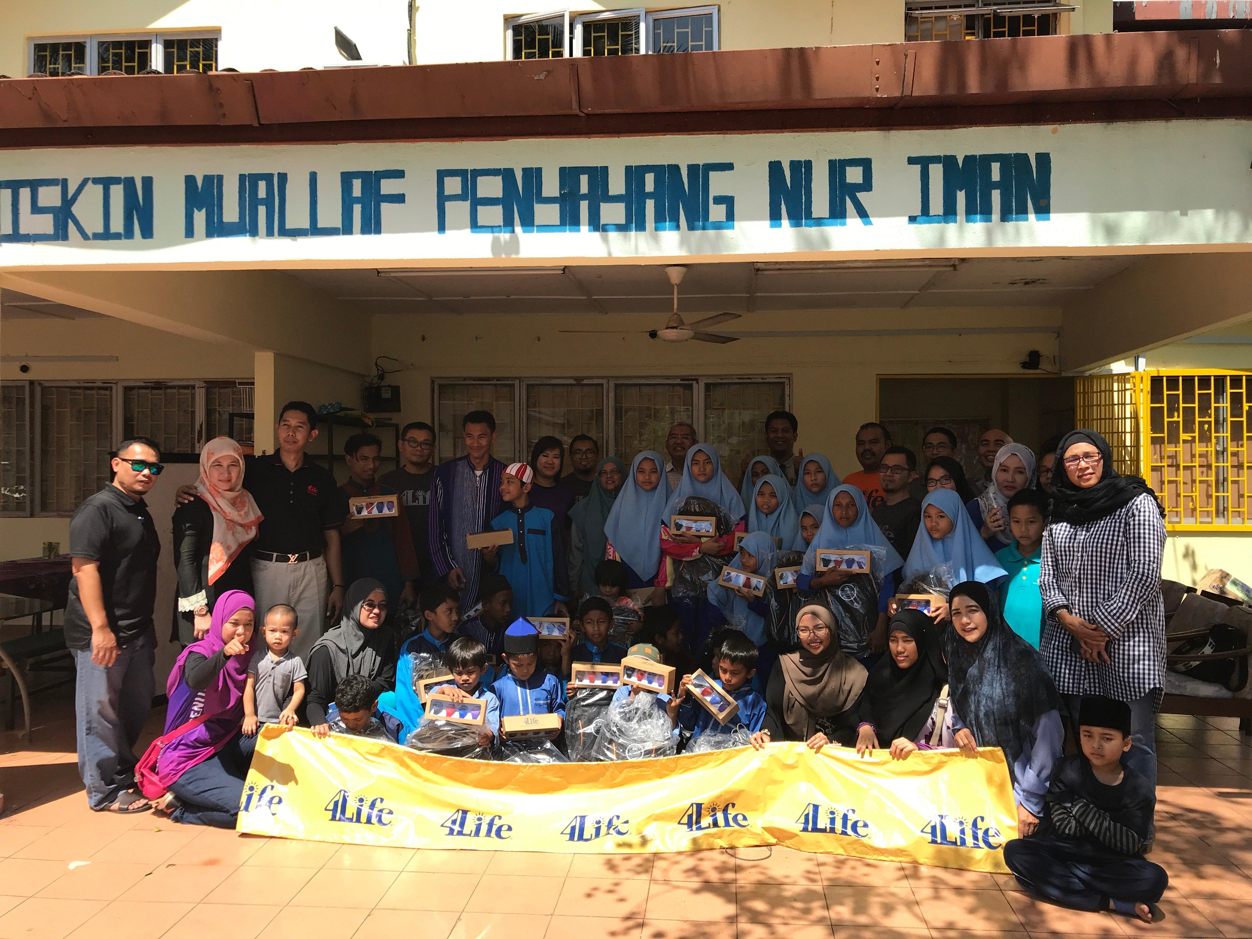 Рынок 4Life Малайзия оказывает помощь школьникам